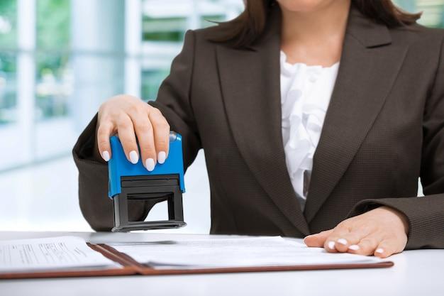 De documenten van onderneemsterputting stamp on in het bureau Premium Foto