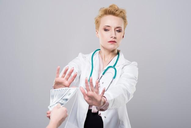 De dokter weigert omkoping aan te nemen Gratis Foto