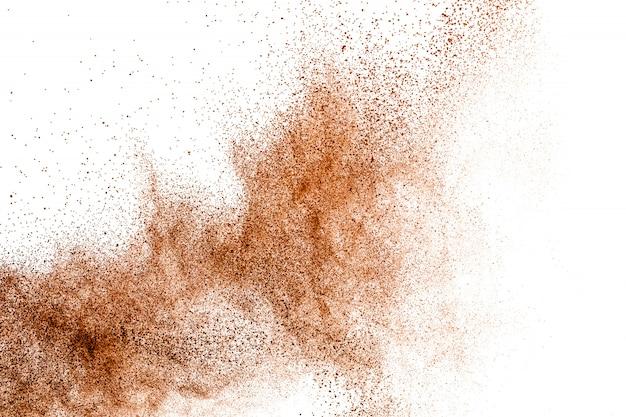 De donkerbruine explosie van het poederstof op witte achtergrond. Premium Foto