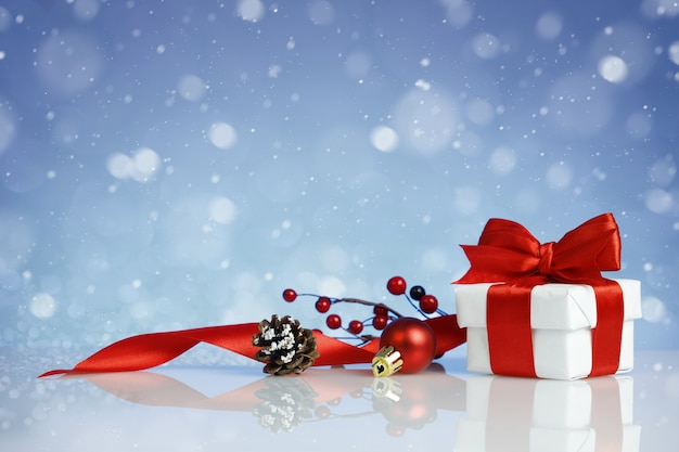 De doos van de gift van kerstmis met decoraties op blauwe achtergrond Premium Foto