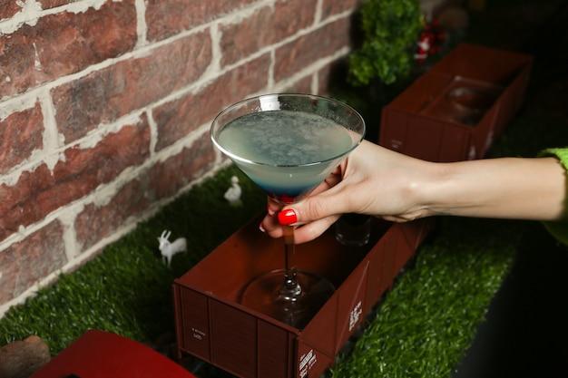 De drank van de vrouwenholding met verpletterd ijs zijaanzicht Gratis Foto