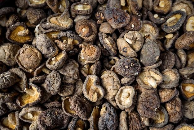 De droge shiitake schiet achtergrond, het aziatische ingrediënt van het keukenvoedsel als paddestoelen uit de grond Premium Foto