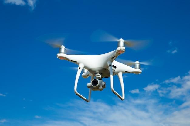 De drone-helikopter die met digitale camera vliegt. Premium Foto
