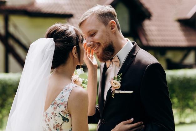 De eerste vergadering van de bruid en bruidegom op de trouwdag Premium Foto