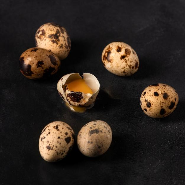 De eieren van hoge hoekkwartels met gebarsten schaal Gratis Foto