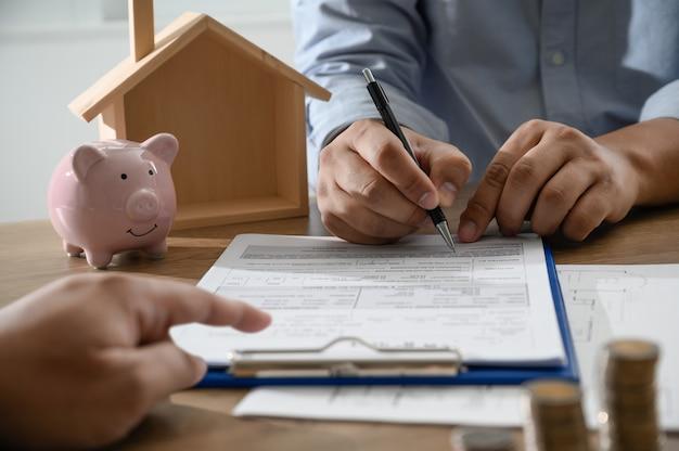 De eigen woning zakenmensen onderhandelen over een contract hier moet u tekenen Premium Foto