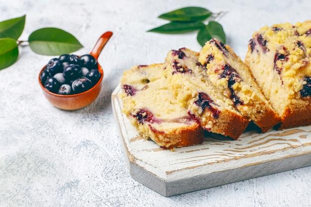 De eigengemaakte heerlijke cake van de bosbessenkruimeltaart met bevroren bosbessen, hoogste mening Gratis Foto