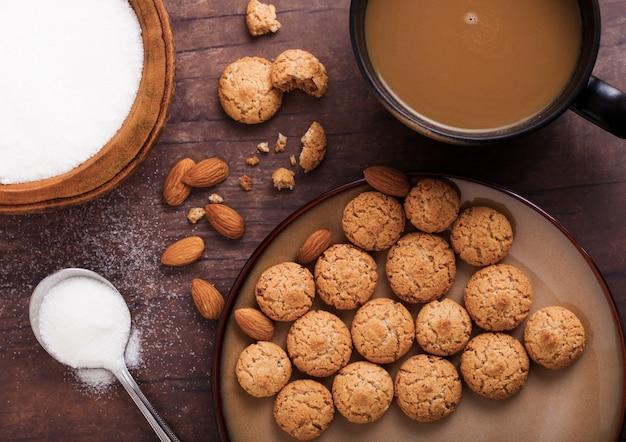 De eigengemaakte koekjes van het amandelkoekje met cappuccino Premium Foto