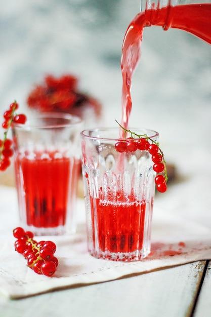 De eigengemaakte koude drank van de rode aalbesbes Gratis Foto