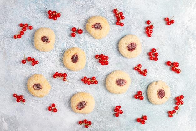 De eigengemaakte rustieke vullende koekjes van de rode aalbesjam met kokosnoot Gratis Foto