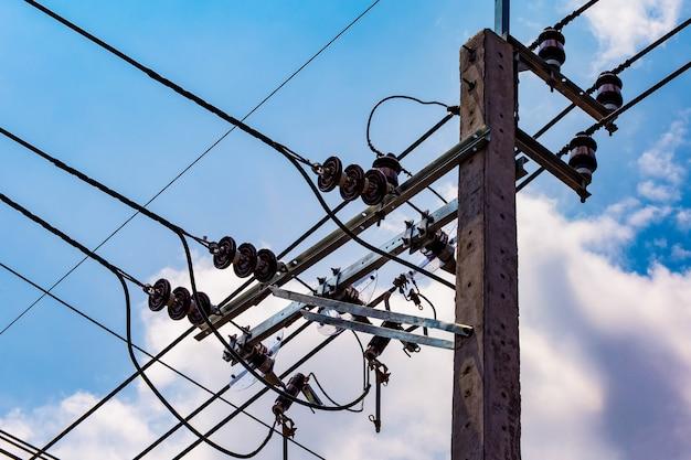 De elektromonteur repareert het elektrische systeem Premium Foto
