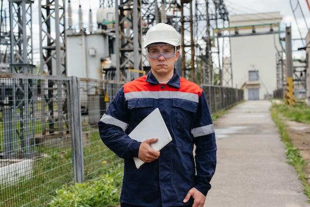 De energie-ingenieur inspecteert de uitrusting van het onderstation Premium Foto
