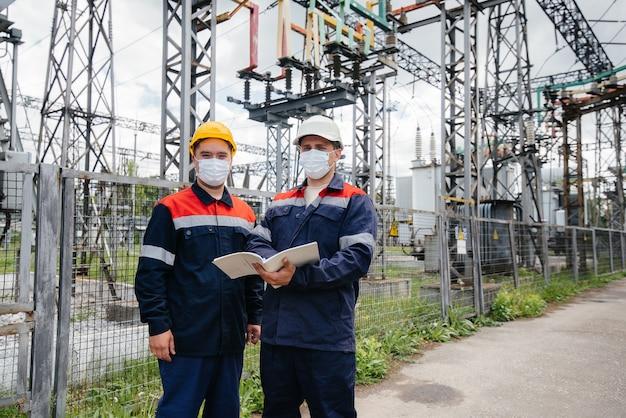 De energie-ingenieurs inspecteren de uitrusting van het onderstation Premium Foto
