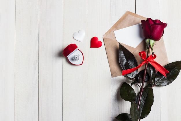 De envelopliefdebrief van de valentijnskaartendag met de verlovingsring van de groetkaart in doos Gratis Foto