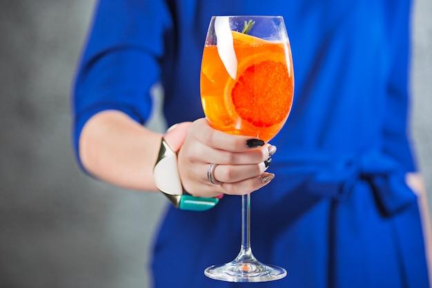 De exotische cocktail en vrouwelijke handen Gratis Foto
