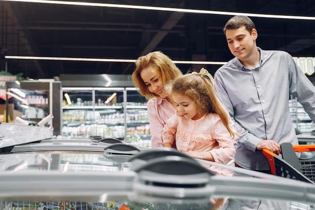 De familie koopt boodschappen in de supermarkt Gratis Foto