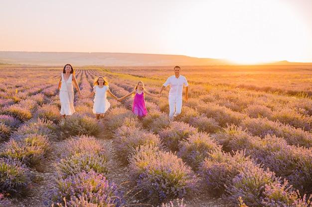 De familie op lavendel bloeit gebied op de zonsondergang Premium Foto