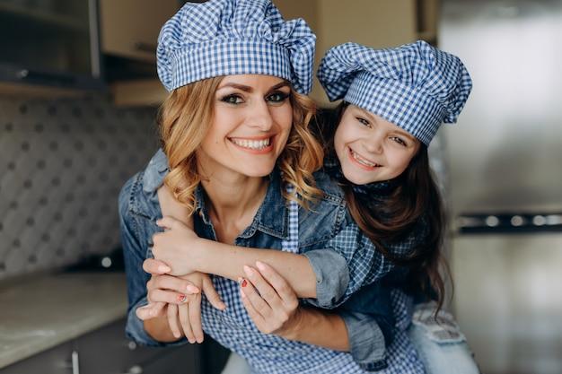 De familie van het close-upportret kijkt dochter en moeder. familieconcept Premium Foto