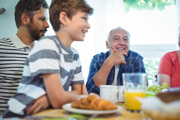 De familiezitting van meerdere generaties bij ontbijtlijst Premium Foto