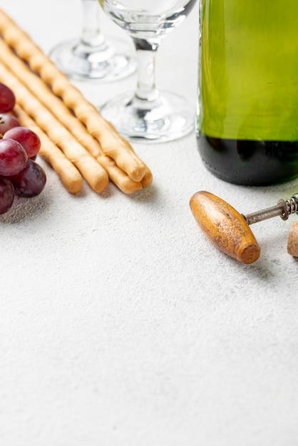 De fles en de kurketrekker van de close-upwijn Gratis Foto