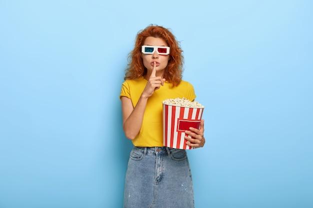 De foto die van aantrekkelijke jonge vrouw heeft gemberhaar, dat in bioscoop is Gratis Foto