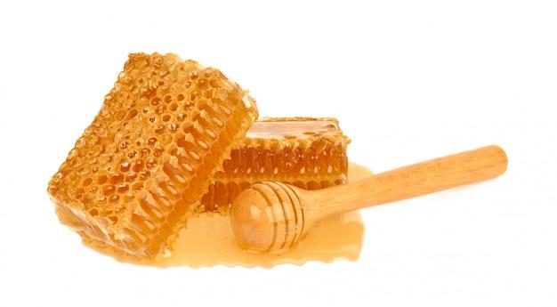 De gele die close-up van de honingraatplak op witte achtergrond wordt geïsoleerd Premium Foto