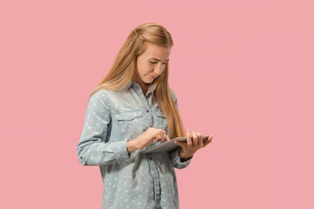 De gelukkig zakenvrouw met rode laptop op roze Gratis Foto