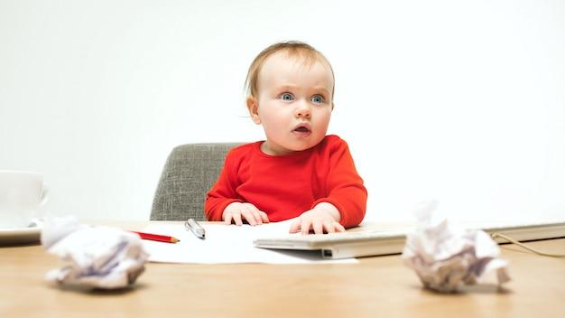De gelukkige geïsoleerde zitting van de het meisjepeuter van de kindbaby met toetsenbord van computer Gratis Foto