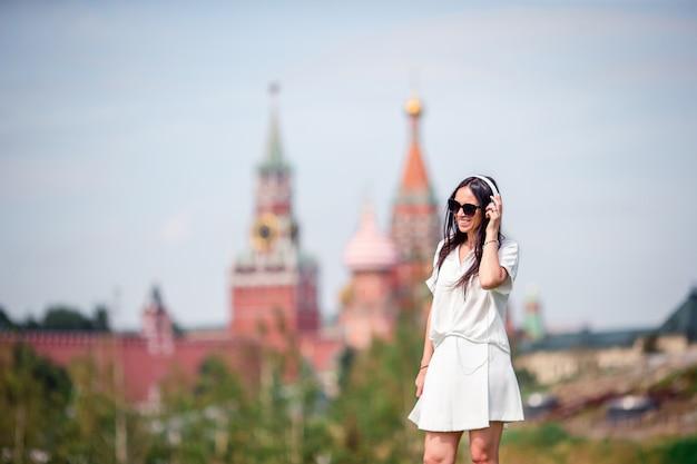 De gelukkige jonge stedelijke vrouw geniet van zijn onderbreking in de stad Premium Foto