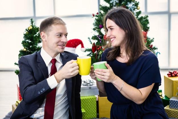 De gelukkige koppen van de paarholding van koffie Premium Foto