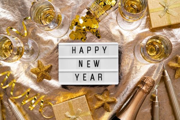 De gelukkige nieuwe plaat van het jaarcitaat met gouden decor Gratis Foto