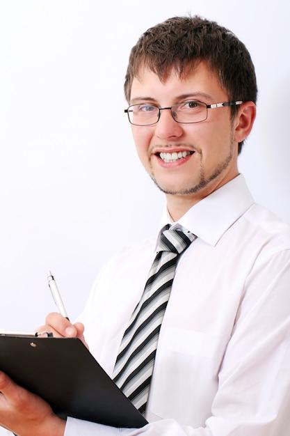 De gelukkige zakenman vult documenten Gratis Foto