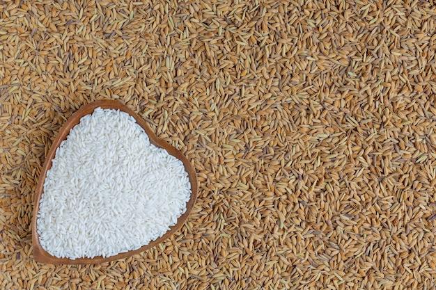 De gepelde rijst wordt met rijst op een wit geplaatst. Gratis Foto