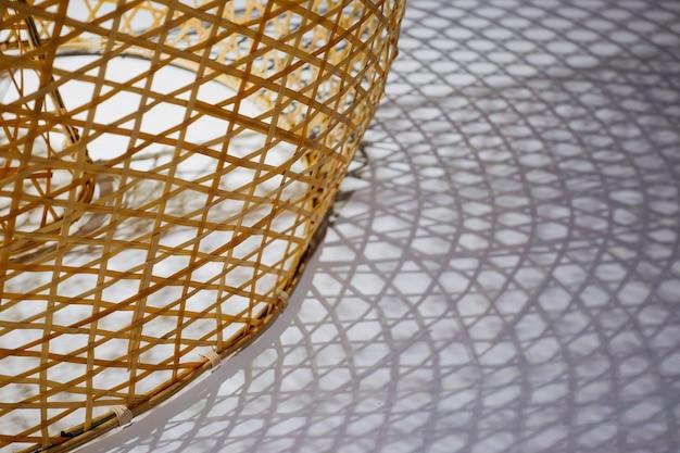 De geweven textuur van de bamboewijnstok met schaduwen ter plaatse Gratis Foto