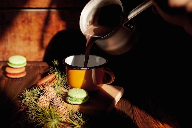 De gietende koffie van het close-upmeisje in een mok Gratis Foto