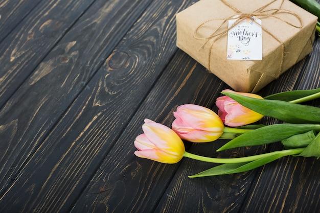 De giftdoos en tulpen van de moeder` s dag Gratis Foto
