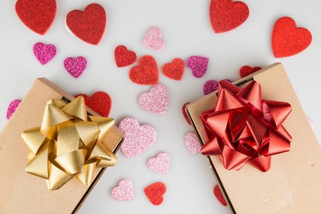 De giften van san valentine met hart gevormde stickers op witte achtergrond sluiten omhoog Premium Foto