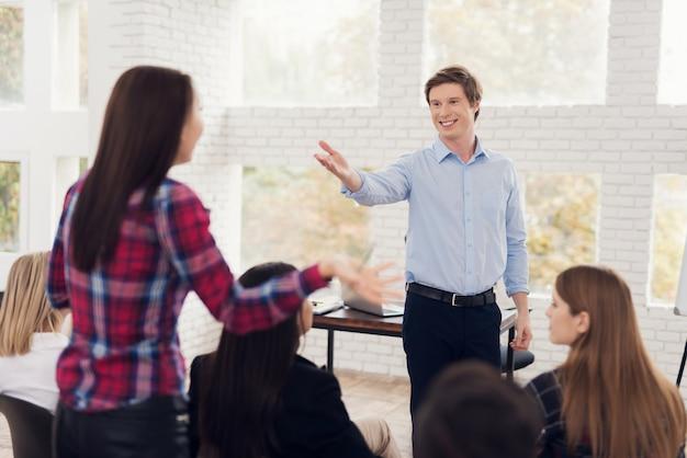 De glimlachende mens in blauw overhemd wil het juiste antwoord krijgen. Premium Foto