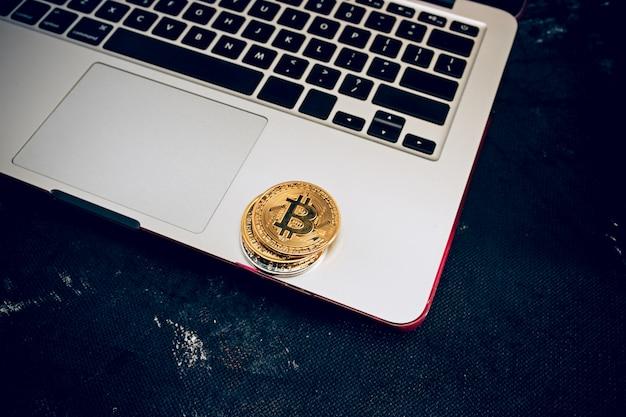 De gouden bitcoin op toetsenbord Gratis Foto