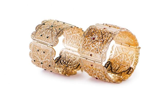 De gouden juwelenring die op de witte achtergrond wordt geïsoleerd Premium Foto