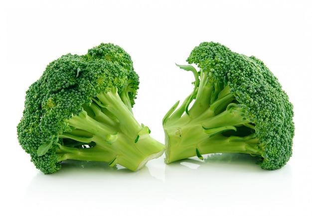 De groene die groenten van broccolikool op wit worden geïsoleerd Premium Foto