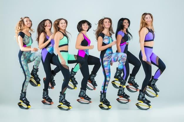 De groep meisjes, springen op training Gratis Foto