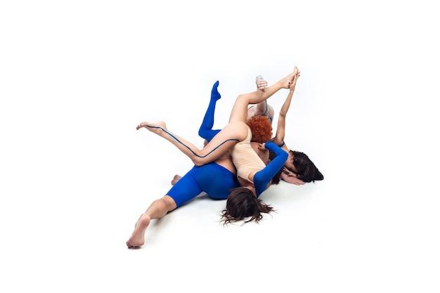 De groep van moderne dansers, kunst contemp dans, blauw en wit combinatie van emoties Gratis Foto