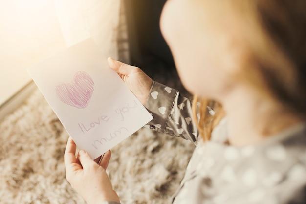 De groetkaart van de vrouwenlezing met i-liefde u van muminschrijving Gratis Foto