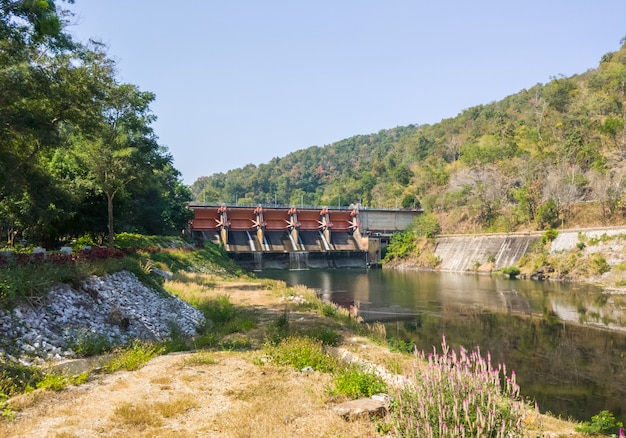 De grote poort van de stuwdam voor het irrigatiesysteem. Premium Foto