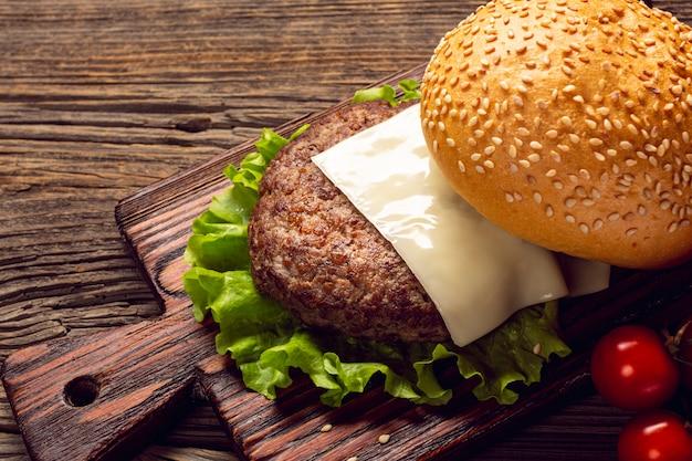 De hamburgeringrediënten van de close-up op scherpe raad Premium Foto