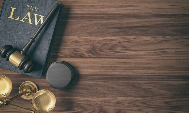 De hamer van de lage belangrijkste filter houten rechter op wetsboek en gouden schaal op houten achtergrond Premium Foto