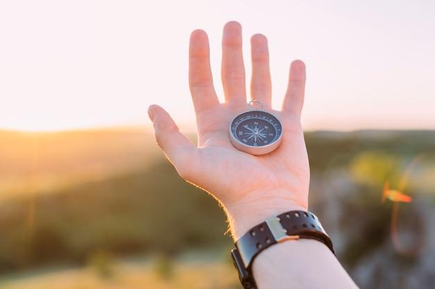 De hand die van de persoon kompas houdt Gratis Foto
