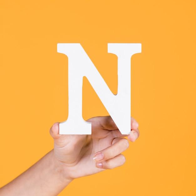 De hand die van de persoon n-alfabet toont Gratis Foto