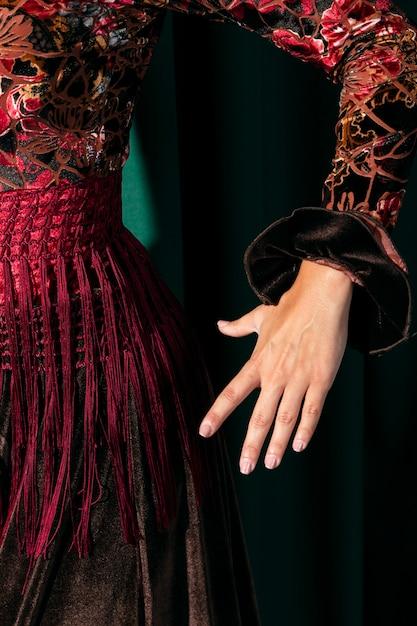 De hand van de de danserholding van de close-up Gratis Foto
